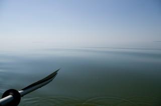 Почти штиль. Тишина неестественная, нет ни одного звука. Вода сливается с небом, горизонта нет.